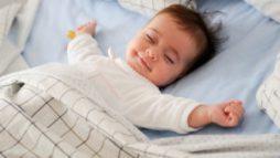 bambino felice nel sonno