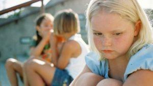 bambina esclusa da altre bambine