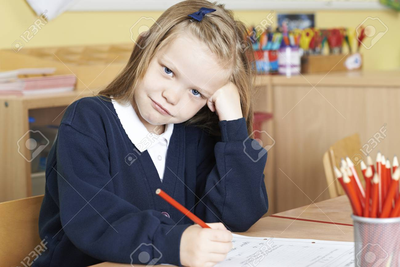 bambina demoralizzata mentre fa i compiti