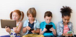 bambini con tablet e smartphone