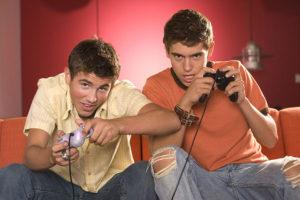ragazzi al videogioco