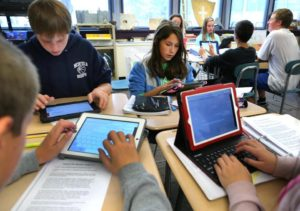 smartphone e computer in classe