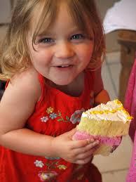 bambina che mangia la torta